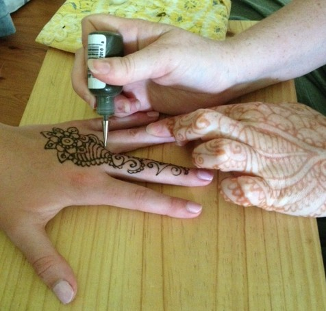 Applying the henna...